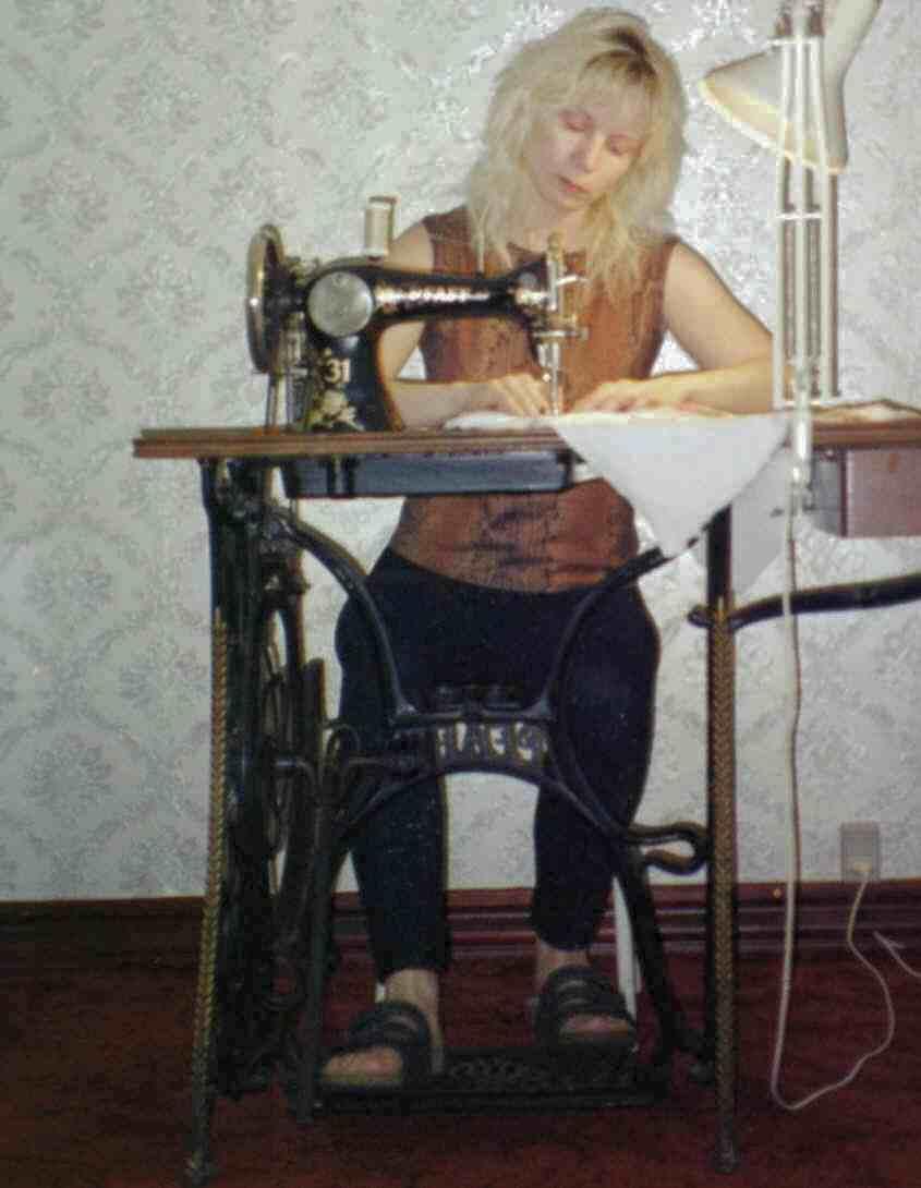 1. Лана Питерсен за швейной машиной